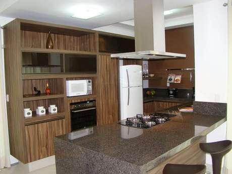 40. Decoração de cozinha planejada com coifa de alumínio com iluminação embutida
