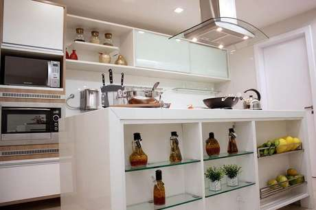 6. Para uma cozinha com coifa de ilha que seja pequena escolha os modelos de vidro com iluminação embutida