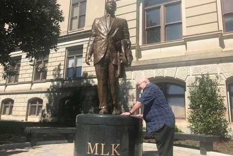 Tom Houck ao lado da estátua de Martin Luther King Jr. em Atlanta