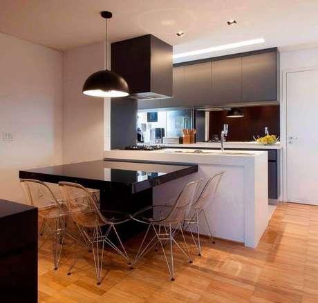 41. Moderna cozinha com coifa de parede em tons escuros