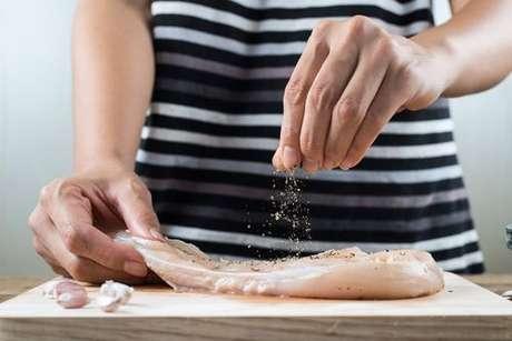 Tempere o filé de frango com os ingredientes de sua preferência e faça uma marinada