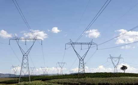 Linhas de transmissão de energia em Santo Antônio do Jardim, no Estado de São Paulo 06/02/2014 REUTERS/Paulo Whitaker
