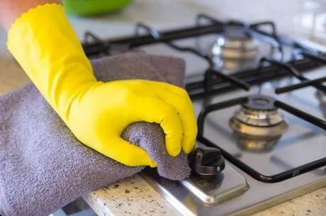 Pessoa limpando o fogão