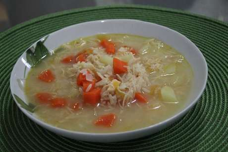 Canja de galinha feita com cenoura, batata e arroz