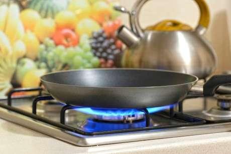 Frigideira sobre a grade do fogão aceso