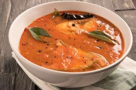 Peixe com leite de coco e curry