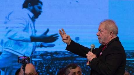 Entre os pré-candidatos, Lula lidera as pesquisas de intenção de votos, mas também tem rejeição alta