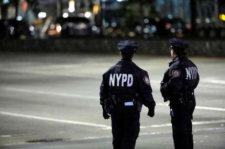 Agentes do Departamento de Polícia de Nova York observam cena de crime em Manhattan 31/10/2017  REUTERS/Andrew Kelly
