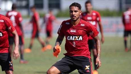 Ainda suspenso, Guerrero voltou aos treinos no Ninho do Urubu em março (Foto: Gilvan de Souza/Flamengo)