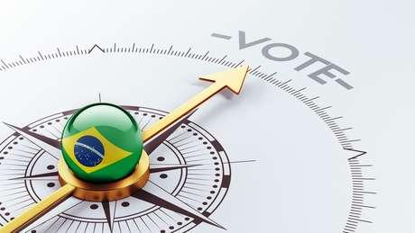 """Bússula com bandeira do Brasil e a palavra """"voto"""""""