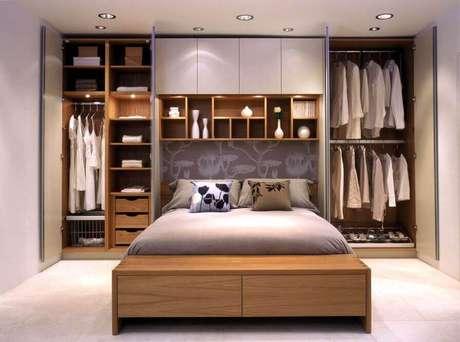 42. Modelo de armário com cama embutida para quarto de casal