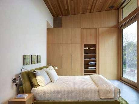 4. Guarda roupa embutido casal de madeira trazendo o clássico para o ambiente.