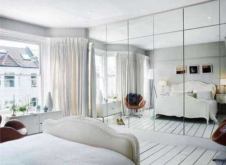 19. A porta espelhada em armários embutidos para quarto são excelentes para que o ambiente fique visualmente maior
