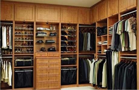 5. Armários embutidos para quarto feitos de madeira garantem conforto e charme do ambiente