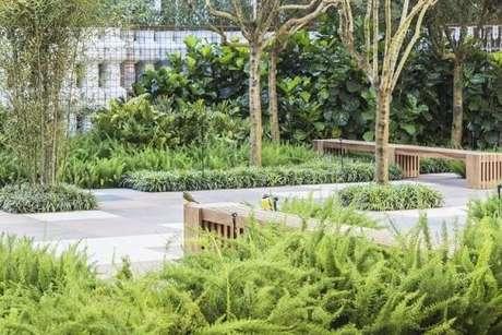 55. Jardim externo com bancos de madeira. Projeto de Alex Hanazaki