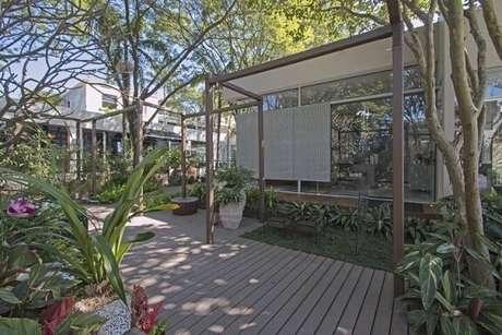 62. Jardim com piso de madeira. Projeto de Joia Bergamo