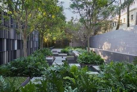 5. Ter atenção à incidência de luz solar é parte importantíssima de como fazer um jardim. Projeto de Casa Cor 2016