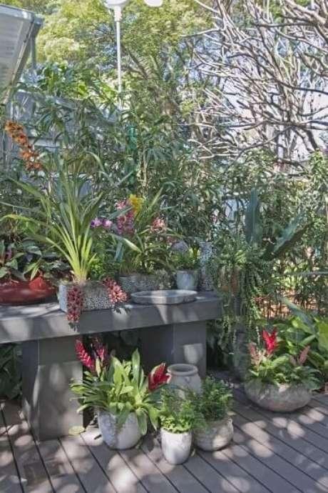 56. Como dissemos no tópico sobre como fazer um jardim externo, você pode combinar suas plantas fixas com vasos. Projeto de Joia Bergamo