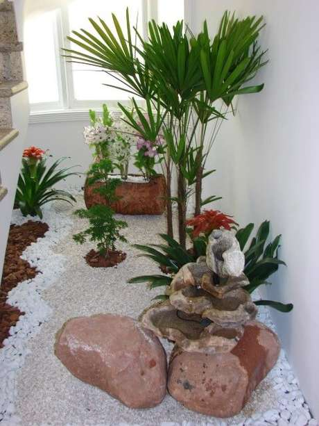 42. Jardim de inverno com pedras e plantas ornamentais. Projeto de Daniela Oliveira