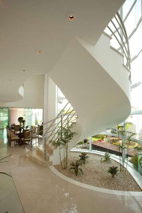 32. Jardim de inverno simples embaixo de escada. Projeto de Aquiles Nicolas Kilaris