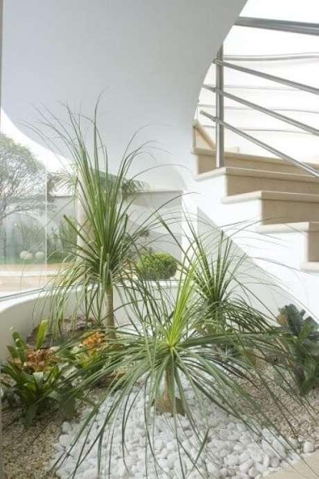 37. Como dissemos neste tópico sobre como fazer um jardim de inverno, eles são comumente feitos sob escadas. Projeto de Aquiles Nicolas Kilaris