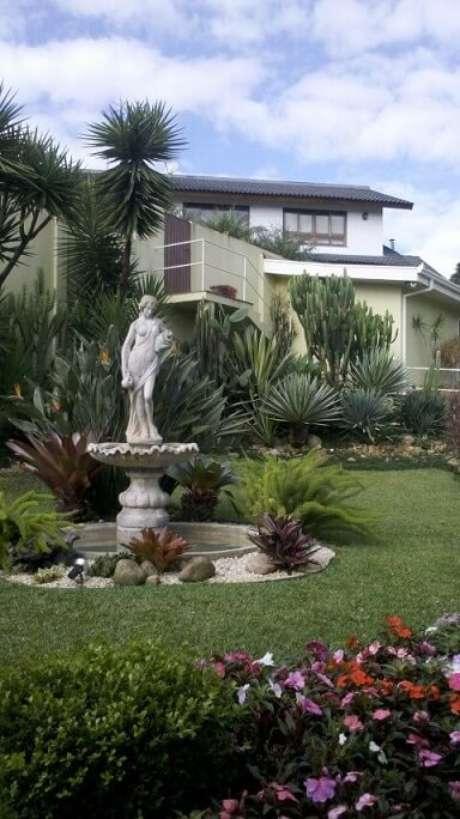 65. Jardim externo com fonte. Projeto de Mattiolli e Claudino