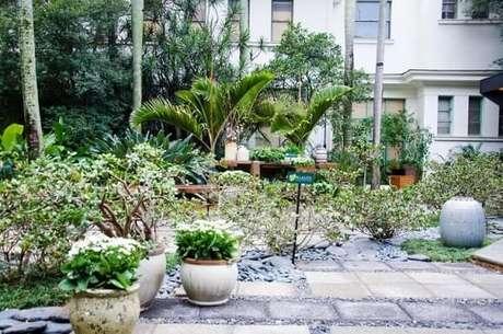 66. Jardim externo com vasos de plantas. Projeto de Alalou Paisagismo