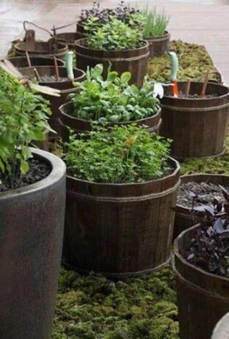 61. Outra abordagem sobre como fazer um jardim é usando recipientes para fazer uma horta. Projeto de Juliana Freitas