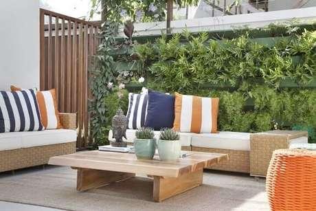 22. Jardim vertical com estrutura de madeira verde