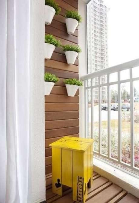 51. Jardim vertical com vasos em varanda pequena. Projeto de Adriana Fontana