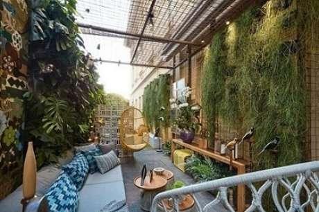 26. No projeto de Casa Cor MG 17, vemos um jardim vertical formado por estruturas nas duas paredes