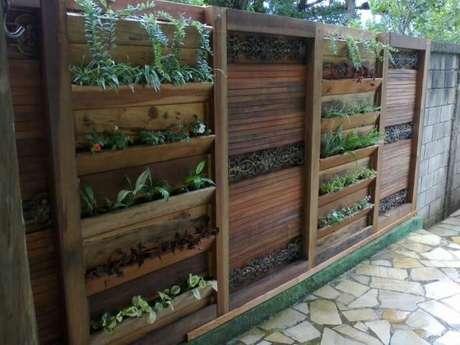 18. Jardim vertical com estrutura de madeira. Projeto de Atelier de Paisagem