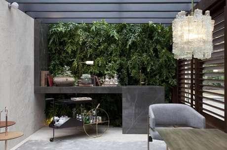 19. Jardim vertical em ambiente com luz solar. Projeto de Joana Requião