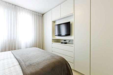26. Nesse quarto a TV também foi instalada no guarda roupa embutido casal