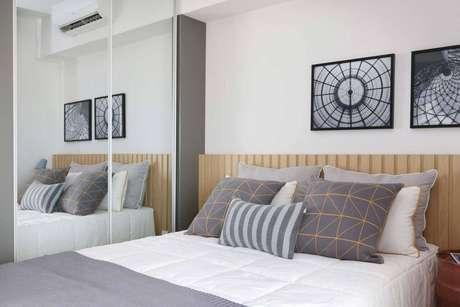 24. Decoração de quarto de casal com armário embutido e portas espelhadas