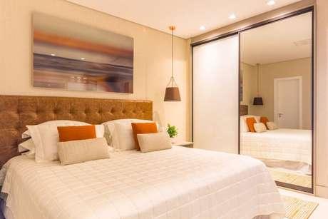 28. Decoração de quarto de casal com armários embutidos para quarto com porta de correr espelhada