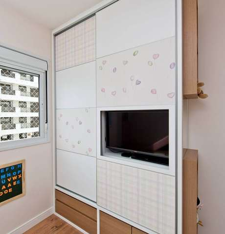 31. Modelos de armários embutidos com TV