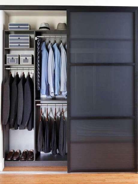 12. Guarda roupa embutido com porta de correr