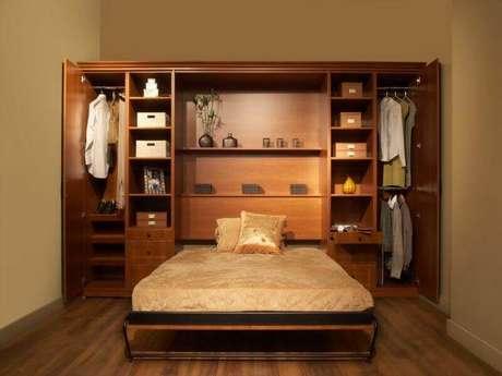 1. Modelo de armário com cama embutida para otimizar o espaço do quarto de casal.