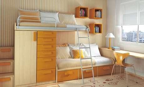 25. Quarto decorado em tons de laranja com nichos e beliche com armário embutido