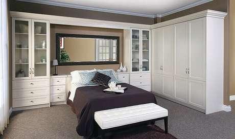 7. Quarto com armário com cama embutida ficam com o espaço mais bem otimizado
