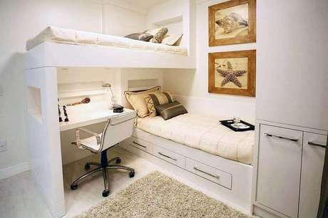 45.Decoração de quarto neutro com beliche e armário embutido