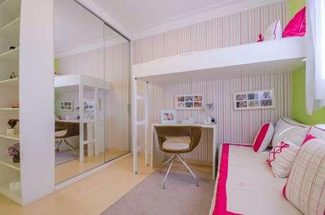 22. Decoração de quarto de solteiro com guarda roupa embutido planejado com portas espelhadas