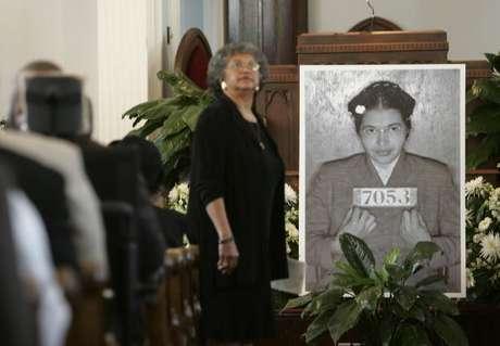 Rosa Parks (foto ao centro dela sendo presa) morreu em 2005 aos 92 anos. Ela mudou a história em 1° de dezembro de 1955, quando se recusou a deixar seu assento em um ônibus urbano para um passageiro branco. Sua prisão por isso provocou um boicote de 381 dias do sistema de ônibus de Montgomery.