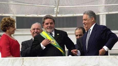 Lula com FHC, Marisa e José de Alencar em sua primeira cerimônia de posse, em 2003; petista chorou na titulação dizendo que o diploma de presidente da República era o primeiro de sua vida