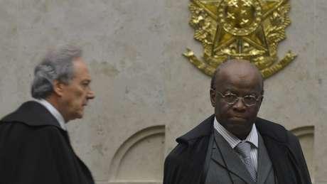 Ricardo Lewandowski e Joaquim Barbosa durante julgamento do mensalão; escândalo marcou governo Lula