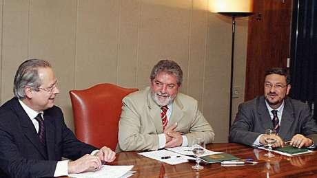 Palocci (acima à dir.) afirmou, em depoimento, que Lula tinha 'pacto de sangue' com Odebrecht; acima, os dois com José Dirceu em 2004
