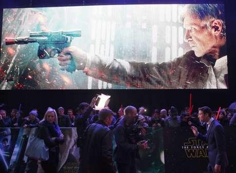 Telão com imagem gigante de Han Solo em Londres 16/12/2015 REUTERS/Paul Hackett