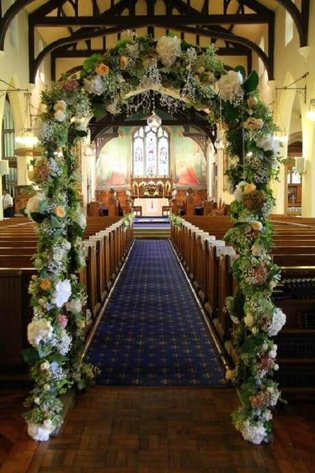 28. Arco de flores para decoração de casamento na igreja