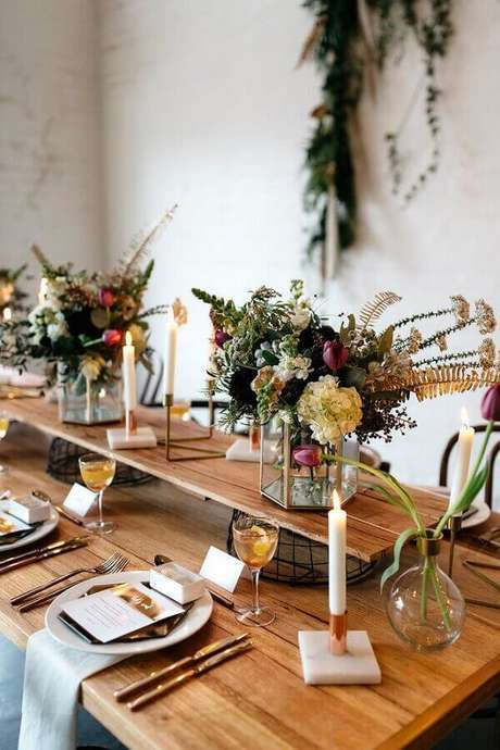 19. A decoração de mesa de casamento fica super charmosa quando recebe arranjo de flores diferentes
